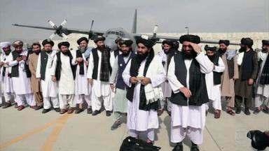 """Um dia após retirada americana, afegãos buscam outros caminhos para deixar o país - Os moradores que ficaram pedem ajuda ao novo governo: """"Precisamos de pão e água. O que vamos comer ou vestir se não temos salários?"""", diz um afegão. Um porta-voz do Talibã disse que o Afeganistão quer ter boas relações diplomáticas com o mundo inteiro, até mesmo com os Estados Unidos."""