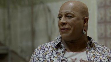 Xana sugere que Naná traga Luciano para a festa que fará em sua casa - Cabeleireiro prepara um bolo para a festa