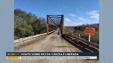 Ponte sobre Rio da Várzea é liberada, em Curitiba - Estrutura fica entre a Lapa e Campo do Tenente.