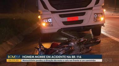 Homem morre em acidente na BR-116 em Curitiba - Motociclista perdeu a direção da moto e caiu em frente a um caminhão.