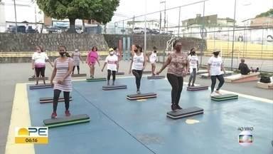 Pessoas de todas as idade começam o dia com atividades físicas no Compaz - Hoje é o dia do Educador Físico