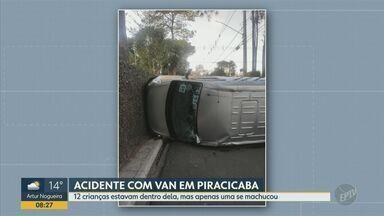 Acidente entre carro e van escolar deixa uma criança ferida em Piracicaba - Van escolar levava 12 crianças quando colidiu com o veículo na manhã desta quarta-feira (1) na rua Angelina dos Santos Silva.