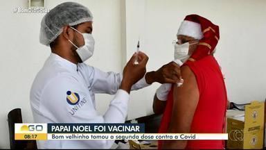 'Papai Noel' se vacina contra a Covid em Goiânia - Ele incentivou a população a se vacinar.