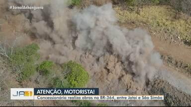 BR-364 é interditada para explosão de rochas, entre Jataí e São Simão - Imagens mostram as explosões.