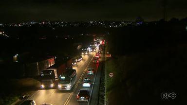 Acidentes complicam o trânsito no Contorno Norte - Em um deles, carreta carregada com combustível tombou