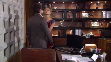 Stéfany tenta seduzir Jorgito - O rapaz tenta resistir, mas acaba beijando ela