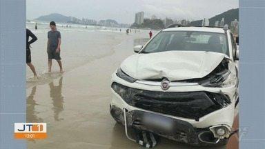 Carro desgovernado invade faixa de areia da Praia da Enseada em Guarujá - Acidente aconteceu na manhã do último domingo (12).