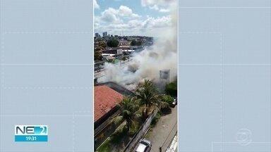 Incêndio atinge prédio onde funcionava Defesa Civil e agência de emprego - Fogo começou pouco depois do meio-dia, mas, de acordo com bombeiros, não deixou feridos