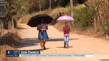 Moradores cobram mais ônibus no Núcleo Rural Catingueiro - Segundo os moradores, a cidade mais próxima do núcleo rural é a Fercal, que fica a vinte quilômetros de distância. Para muitos, a única opção é andar a pé, debaixo do sol quente.