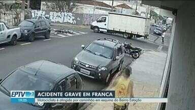 Motociclista é arremessada durante acidente com caminhão em Franca, SP - Momento da batida foi registrado por câmera de segurança nesta segunda-feira (13).
