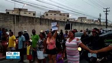 Moradores protestam contra a falta de água em conjuntos do Benedito Bentes - Eles reclamam também do valor da conta; pista foi fechada em frente a UPA.