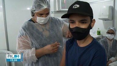 Maceió começa a vacinar adolescentes com 13 anos sem comorbidades contra a Covid - Público precisa estar acompanhado pelos responsáveis ou apresentar autorização para receber a dose da vacina.