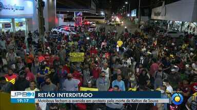 Protesto fecha o Retão de Manaíra e pede justiça após morte de motoboy - Homem morreu após ser atingido por um motorista que dirigia carro a 163km/h.