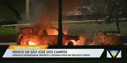 Protesto com incêndio em veículos causa tumulto na Avenida Fundo do Vale em São José - Motoristas foram rendidos e tiveram que deixar os veículos. Vândalos queimaram três carros e um caminhão; trânsito sentido zona sul foi interditado. Homens também invadiram a avenida Nelson D'Ávila e depredaram carros e um ônibus.