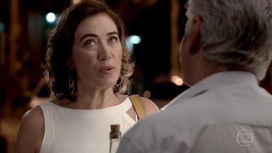 Maria Marta não consegue descobrir o paradeiro de José Alfredo com Manoel - Cora confirma a presença de Maria Marta no bar de Manoel