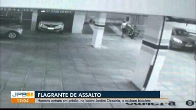 Câmeras registram bicicleta elétrica sendo roubada, em João Pessoa - As imagens mostram as ações no estacionamento de um condomínio no Jardim Oceania