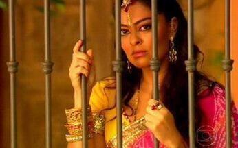 Maya dá um basta! - Bahuan vai atrás dela na casa de Opash, mas ela fecha a porta e impede que Raj o veja