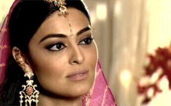 Maya deixa Raj tenso - Ela comenta que gostaria de conhecer o Brasil e estranha sua reação.