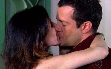 Judith beija Gabriel em 'Caras & Bocas'