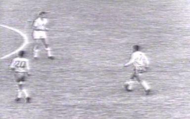 Em 1962, Garrincha brilha, e Brasil vence a Inglaterra pelas quartas da Copa do Mundo