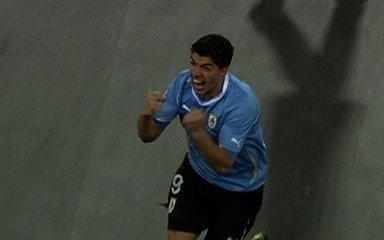 Suárez vai do inferno ao céu no jogo Uruguai x Gana