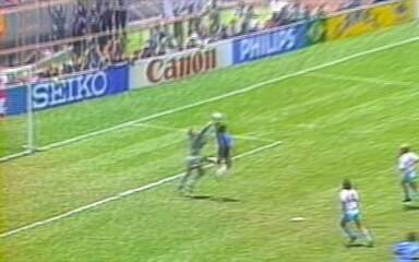 Em 1986, Maradona faz gol de mão e elimina Inglaterra na Copa do Mundo do México
