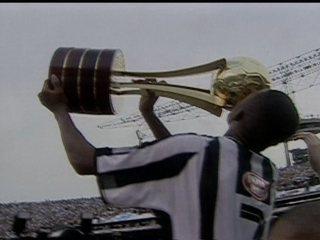 Em 2002, Santos vence Corinthians por 3 a 2 e conquista o título do Campeonato Brasileiro