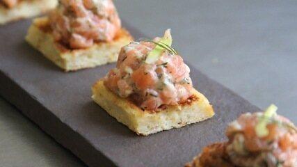 Receita de tartare de salmão sobre miniwaffle de batata
