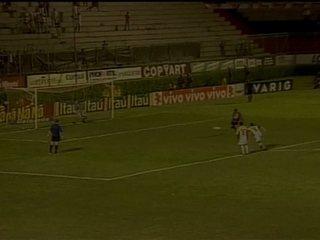 Em 2004, Obina sofre pênalti e Edílson define triunfo do Vitória sobre o Criciúma, por 1 a 0, pelo Brasileiro