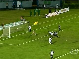 Massagista invade campo, evita gol e classifica Aparecidense-GO na Série D