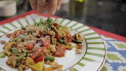 Salada de Manga Verde com Camarões e Amendoim