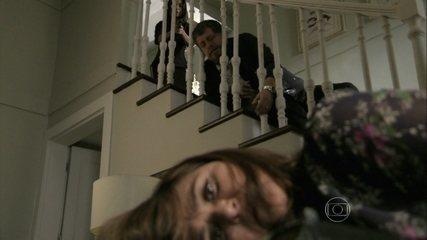 Em 'Império', Jurema (Elizângela) morreu ao cair da escada em que Cora (Marjorie Estiano) matou Reginaldo (Flávio Galvão)