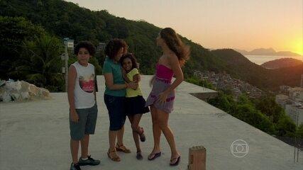 Regina (Camila Pitanga) mostra a vista do Morro da Babilônia para a filha, Júlia, na novela 'Babilônia' (2015)