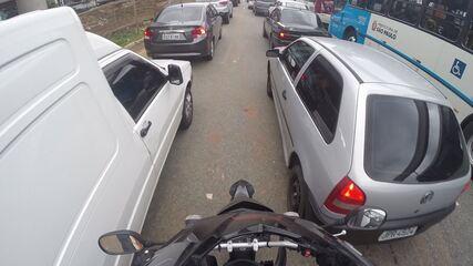 Moto no corredor é certo? Motociclistas e motoristas opinam