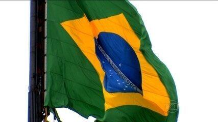 Veja como é a troca da bandeira em Brasília
