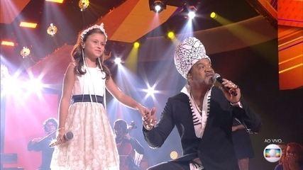Carlinhos Brown e Rafa Gomes cantam 'É tão lindo'