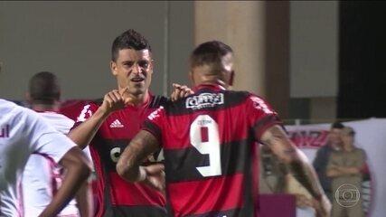 Com gol de Éderson, Flamengo vence o Inter e fica colado no G4