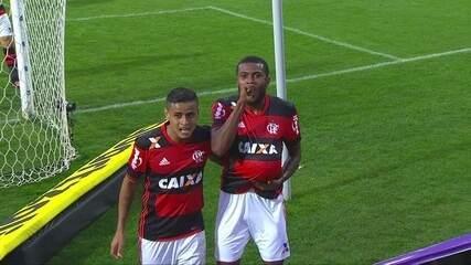 Gol do Flamengo! Cuéllar lança Cirino, que bate na saída de Wilson aos 43 do 2º