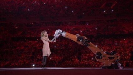 Amy Purdy faz apresentação de dança acompanhada de um robô industrial