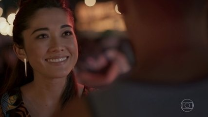 Yumi diz a Tiago que tem vontade de ser mãe