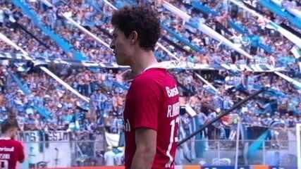 Rodrigo Dourado é expulso e sai inconformado, aos 21' do 2º Tempo
