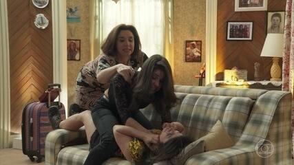 Carmela bate em Shirlei e diz que a odeia