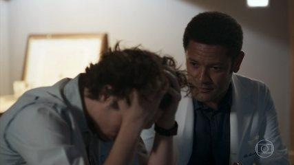 Roberto insiste que Nicolau conte aos pais sobre sua doença