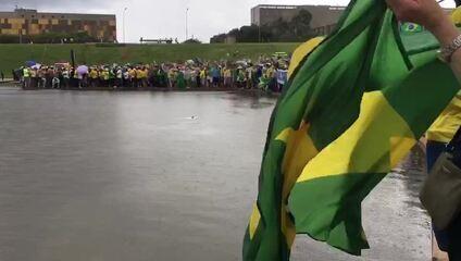 Chuva cai sobre Esplanada dos Ministérios, em Brasília, durante ato em frente ao Congresso