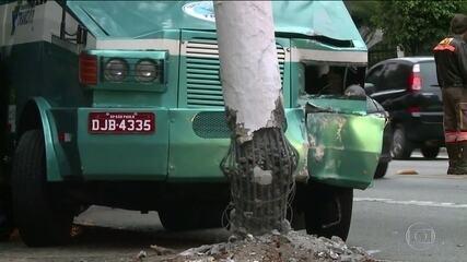 Carro-forte bate em poste no Morumbi