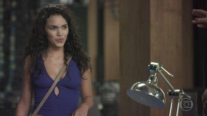 Néia contrata Stefany como diarista para seduzir Léo