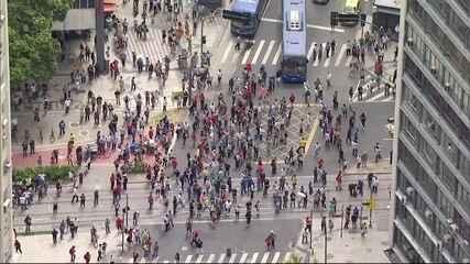 Manifestantes entram em confronto com policiais durante protesto no centro do Rio