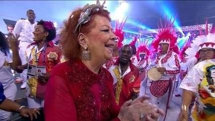 Beth Carvalho se emociona com desfile da Alegria da Zona Sul