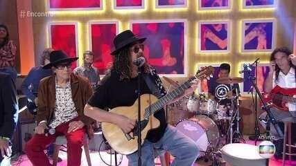 Novos Baianos cantam 'Preta Pretinha'