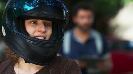 Teaser Malhação 17/03: Juliana faz prova para tirar carteira de moto
